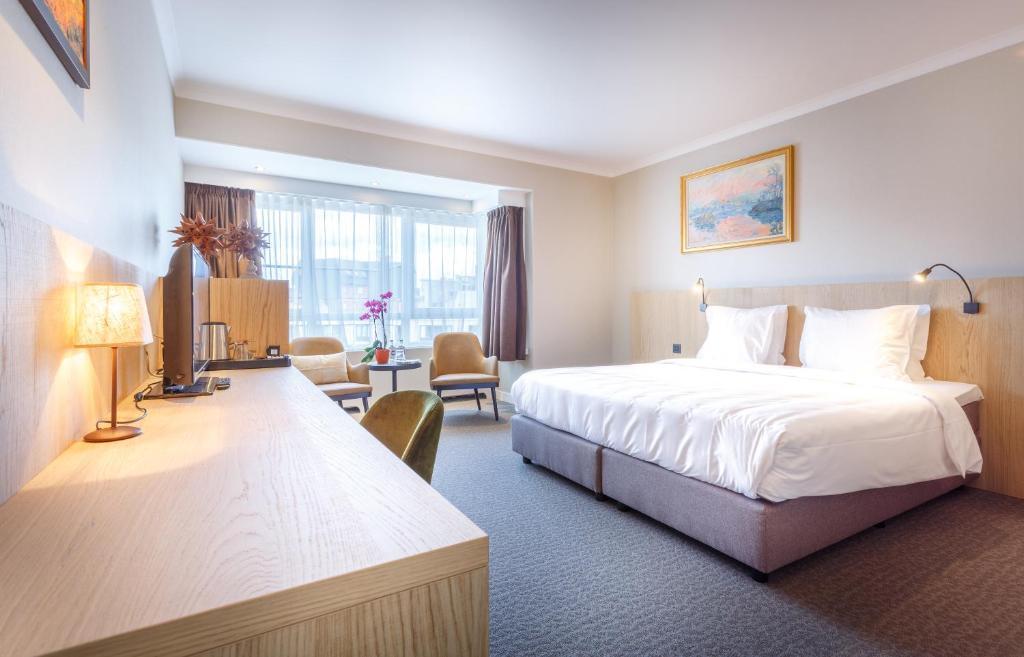 Een bed of bedden in een kamer bij Hotel Carlton