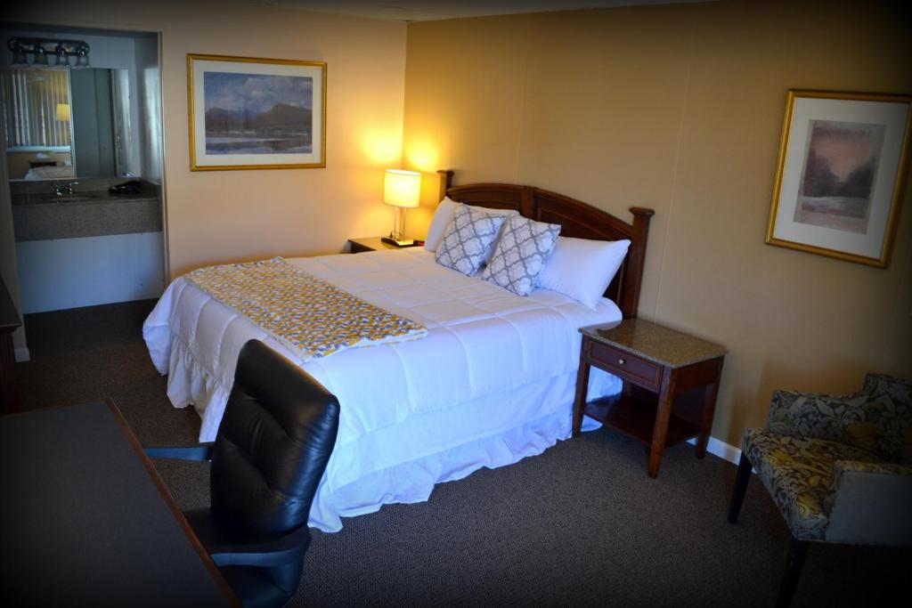 A bed or beds in a room at Wayne Inn
