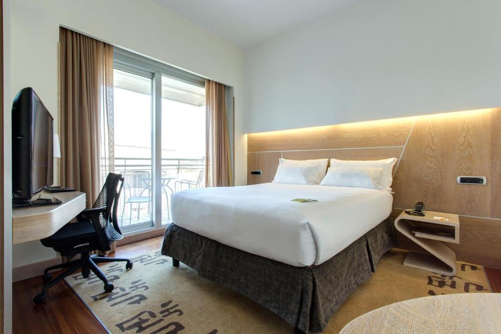A bed or beds in a room at Hilton Garden Inn Rome Claridge