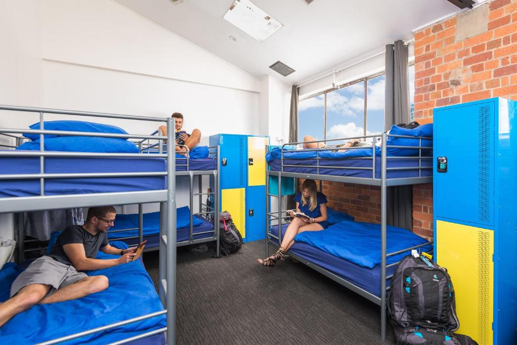 A bunk bed or bunk beds in a room at Summer House Backpackers Brisbane