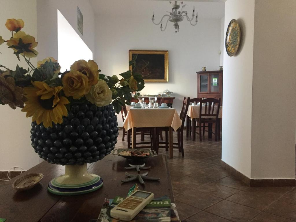 A restaurant or other place to eat at Sciacca Bed and Breakfast Natoli