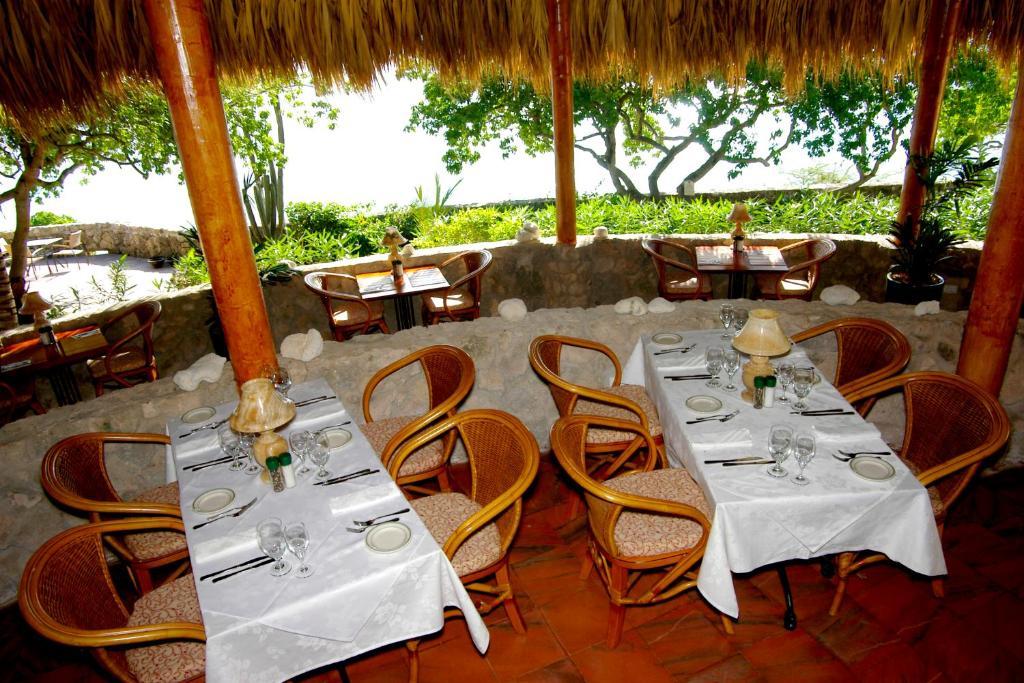Un restaurante o sitio para comer en Kura Hulanda Lodge & Beach Club - All Inclusive