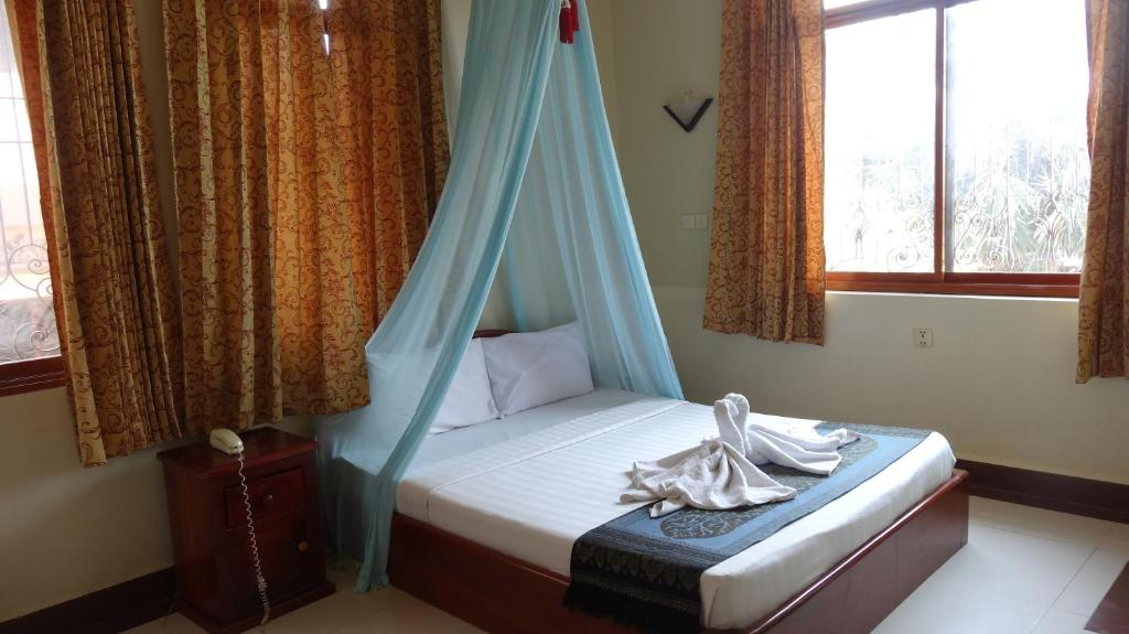 A bed or beds in a room at Golden Noura Villa-Pub & Restaurant