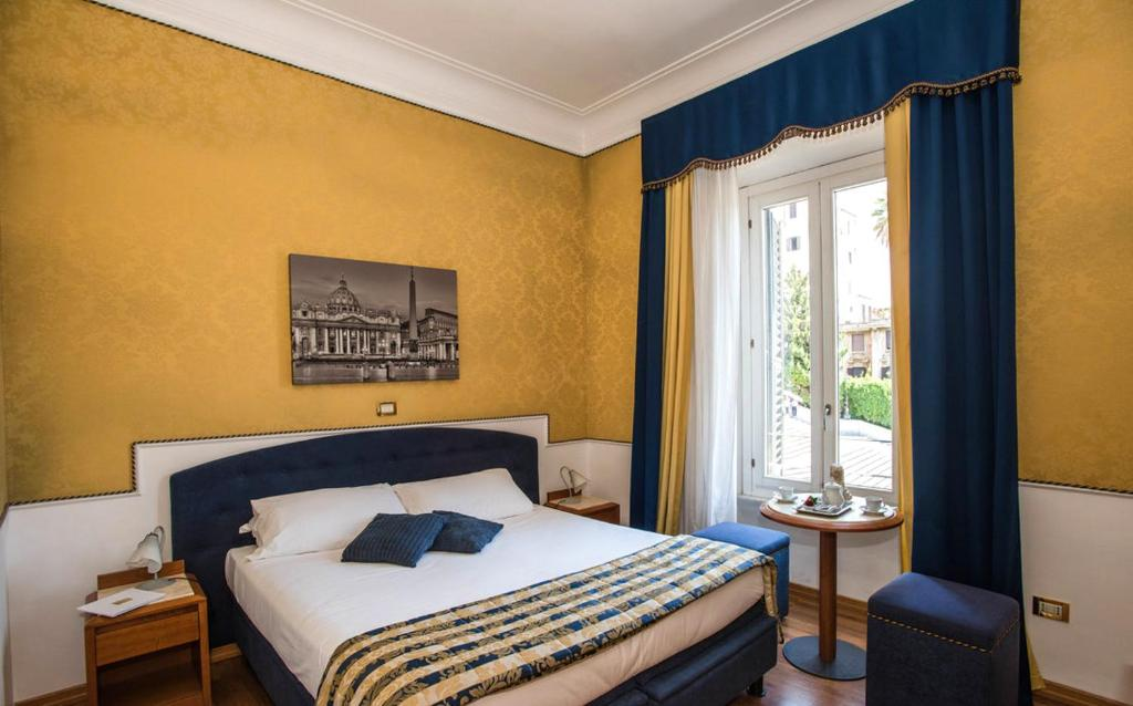 A bed or beds in a room at iH Hotels Piazza di Spagna View - Luxury Guest House