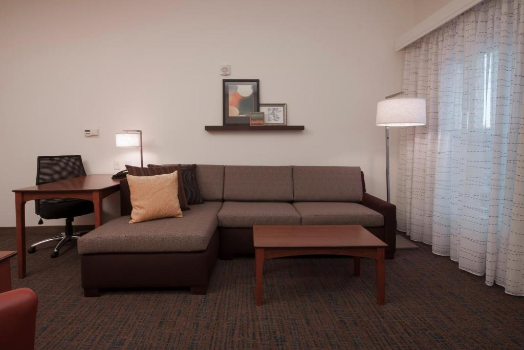 A seating area at Residence Inn Des Moines West at Jordan Creek Town Center
