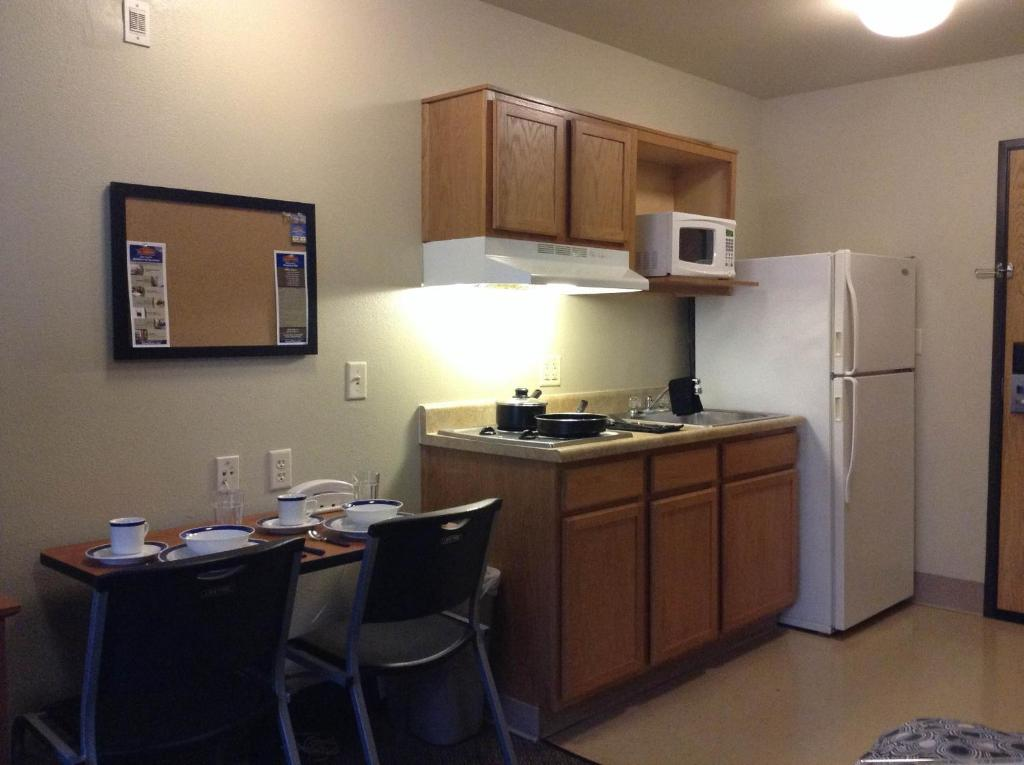 A kitchen or kitchenette at WoodSpring Suites Des Moines Pleasant Hill