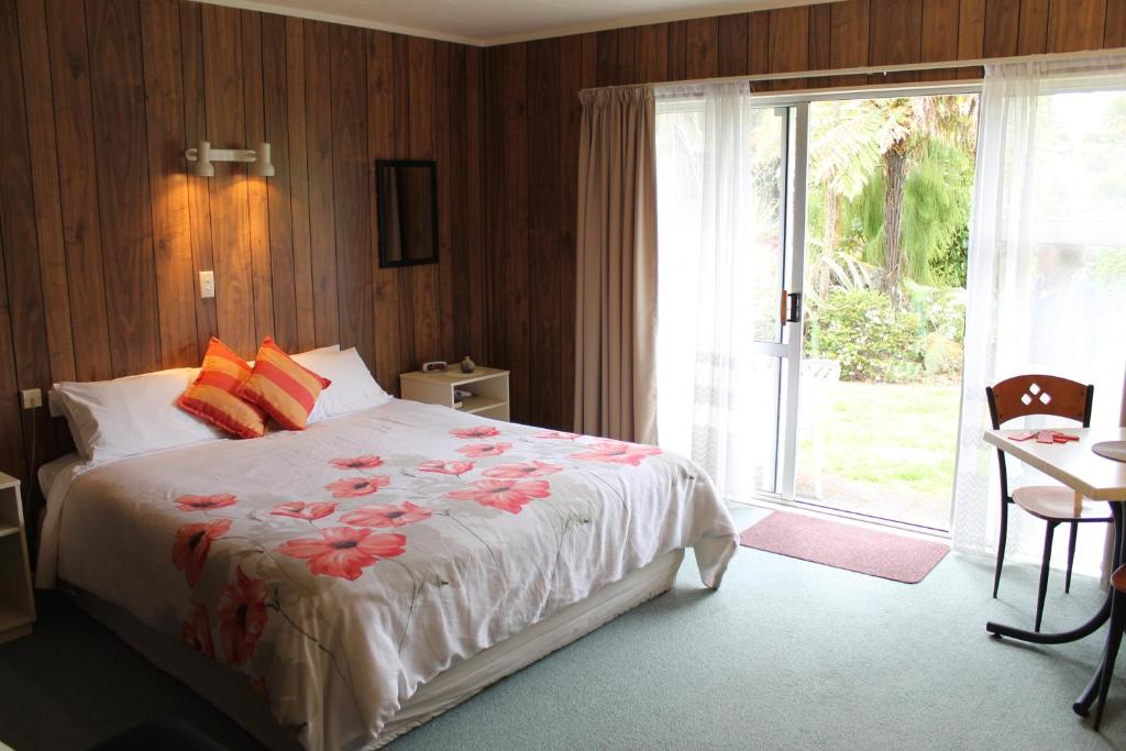 A bed or beds in a room at Anglers Paradise Motel
