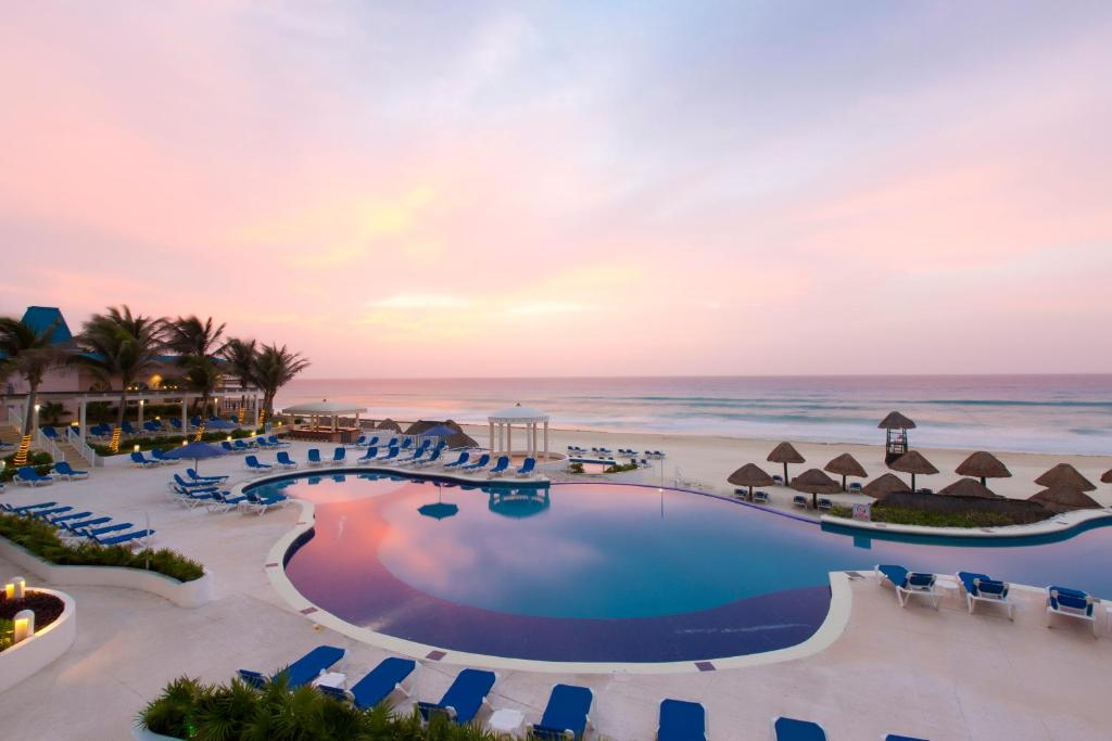 A piscina localizada em Golden Parnassus Resort & Spa - All Inclusive (Adults Only) ou nos arredores