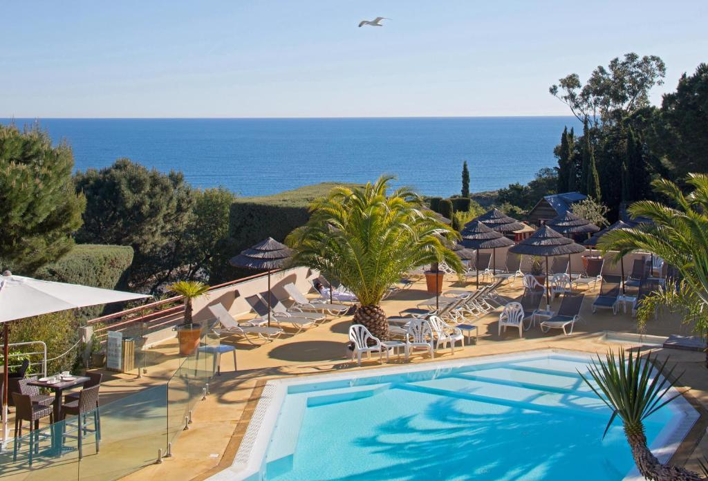 Vue sur la piscine de l'établissement Hôtel & Spa Les Mouettes ou sur une piscine à proximité