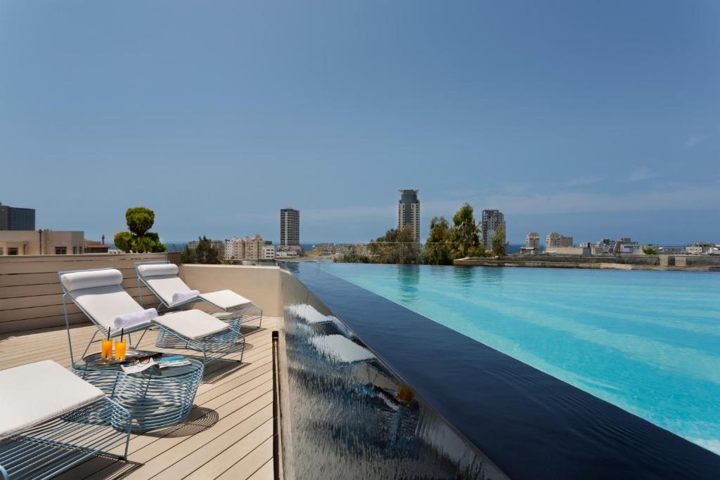 בריכת השחייה שנמצאת ב-Poli House a member of Brown Hotels או באזור