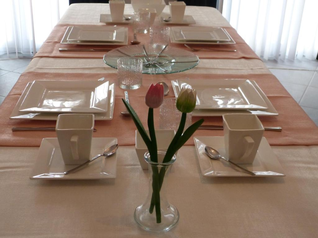 Ein Restaurant oder anderes Speiselokal in der Unterkunft B&B de Tulp aan Zee
