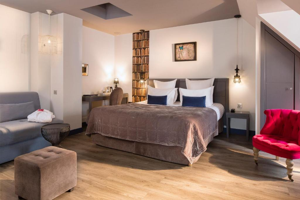 A bed or beds in a room at Hotel Mademoiselle