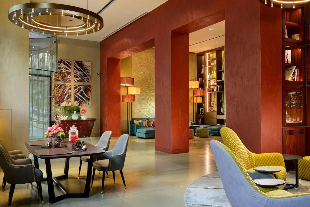 Um restaurante ou outro lugar para comer em Enterprise Hotel Design & Boutique