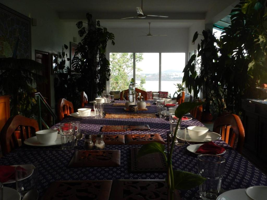 A restaurant or other place to eat at Ivy Suites