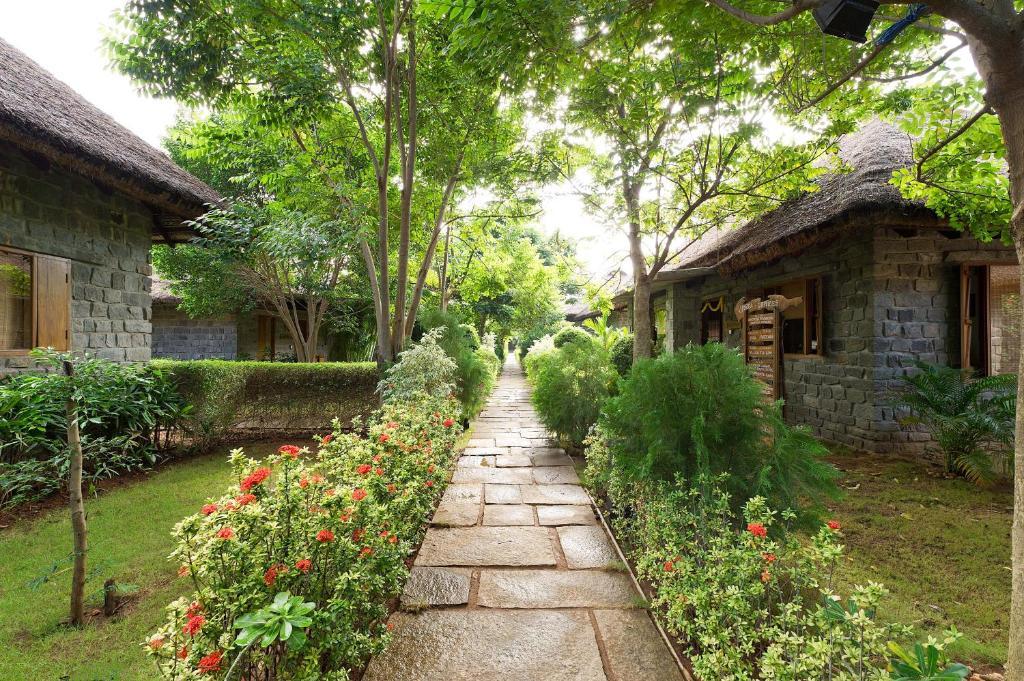 Сад в Sparsa Resort Thiruvanamalai