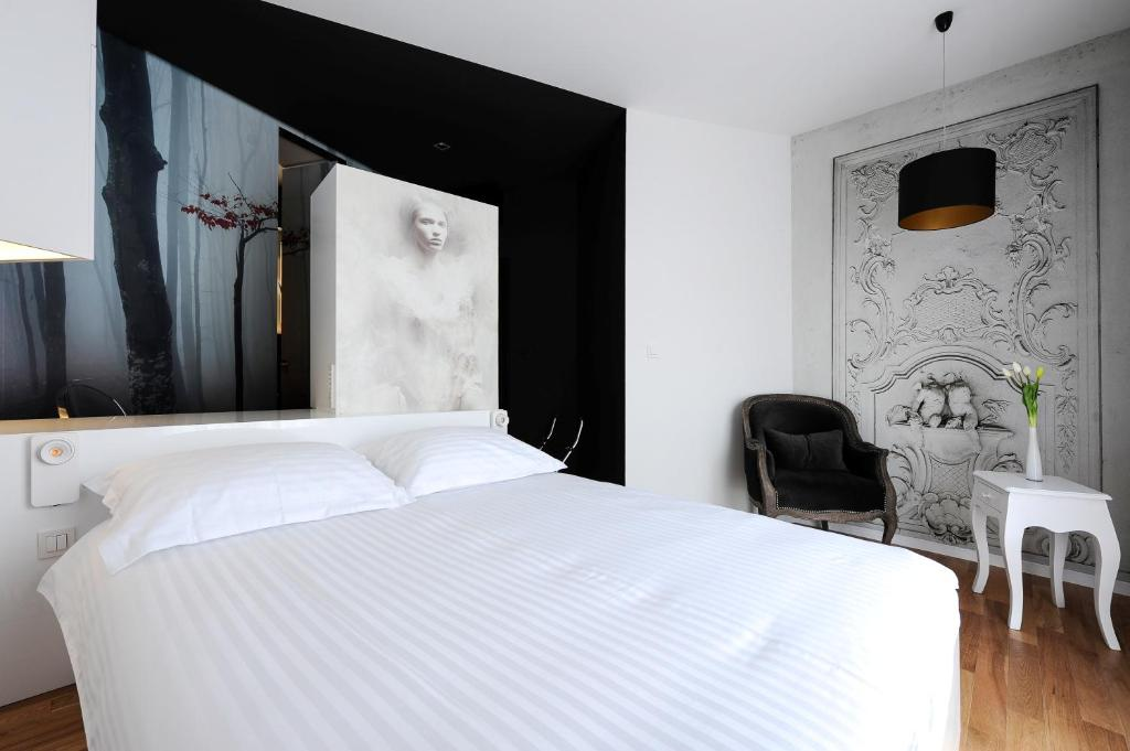 A bed or beds in a room at Tinel B&B Premium Edition