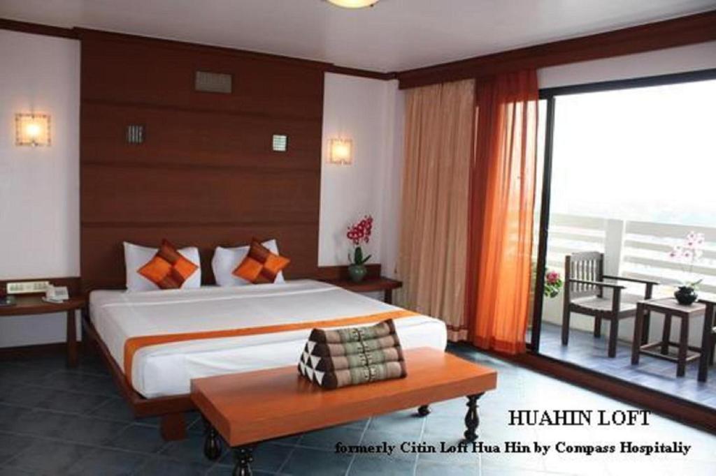 เตียงในห้องที่ Hua Hin Loft