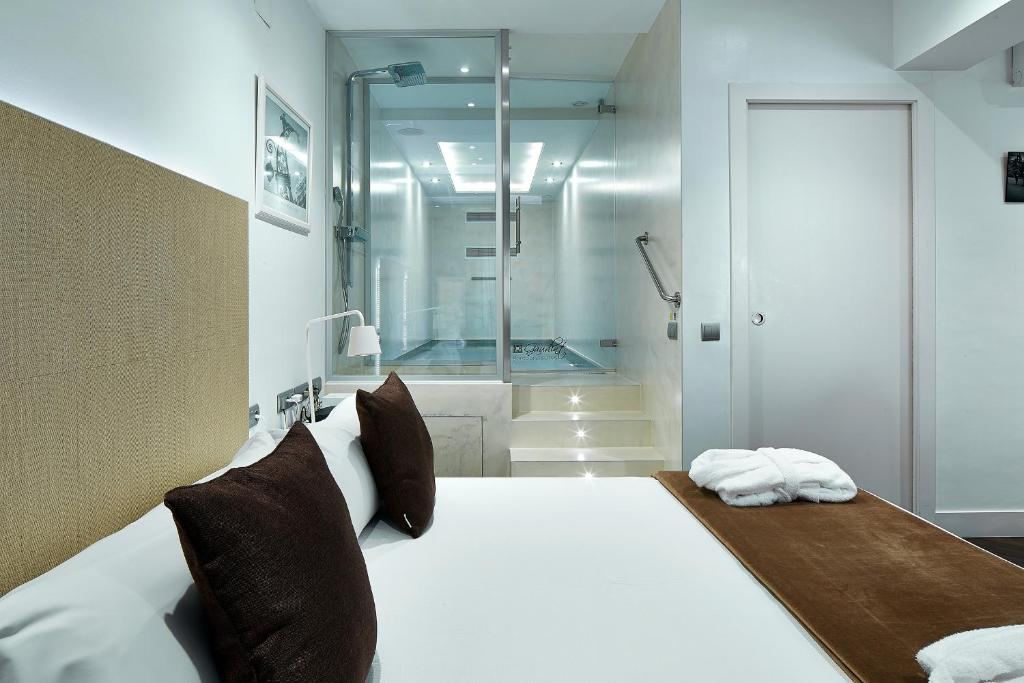 Giường trong phòng chung tại Gaudint Barcelona Suites