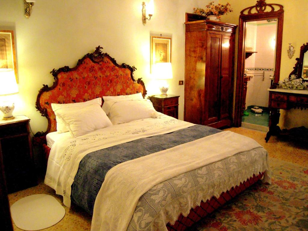 A bed or beds in a room at B&B Atmosfere Del Centro Storico