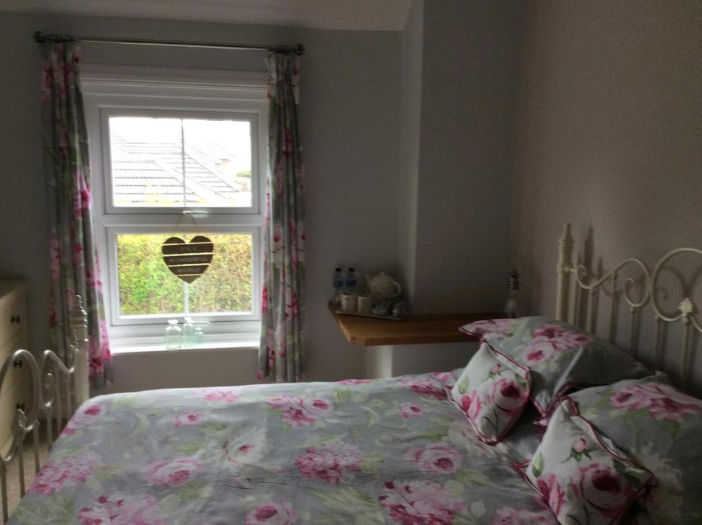 A bed or beds in a room at The jolly farmer