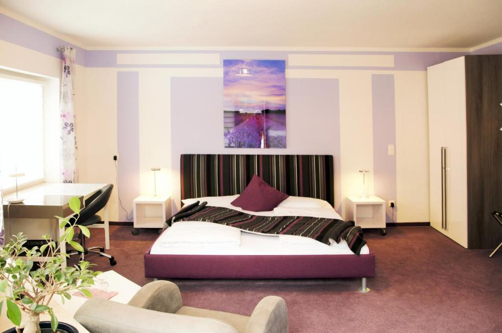 A bed or beds in a room at Park Ambiente Friedberg