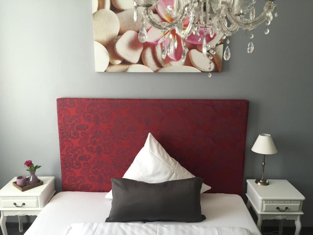 A bed or beds in a room at Hotel Heddernheimer Hof