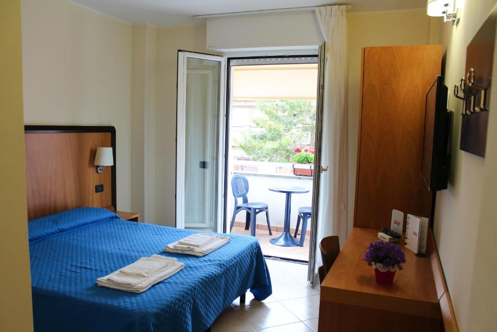 A bed or beds in a room at Albergo Ristorante Neapolis