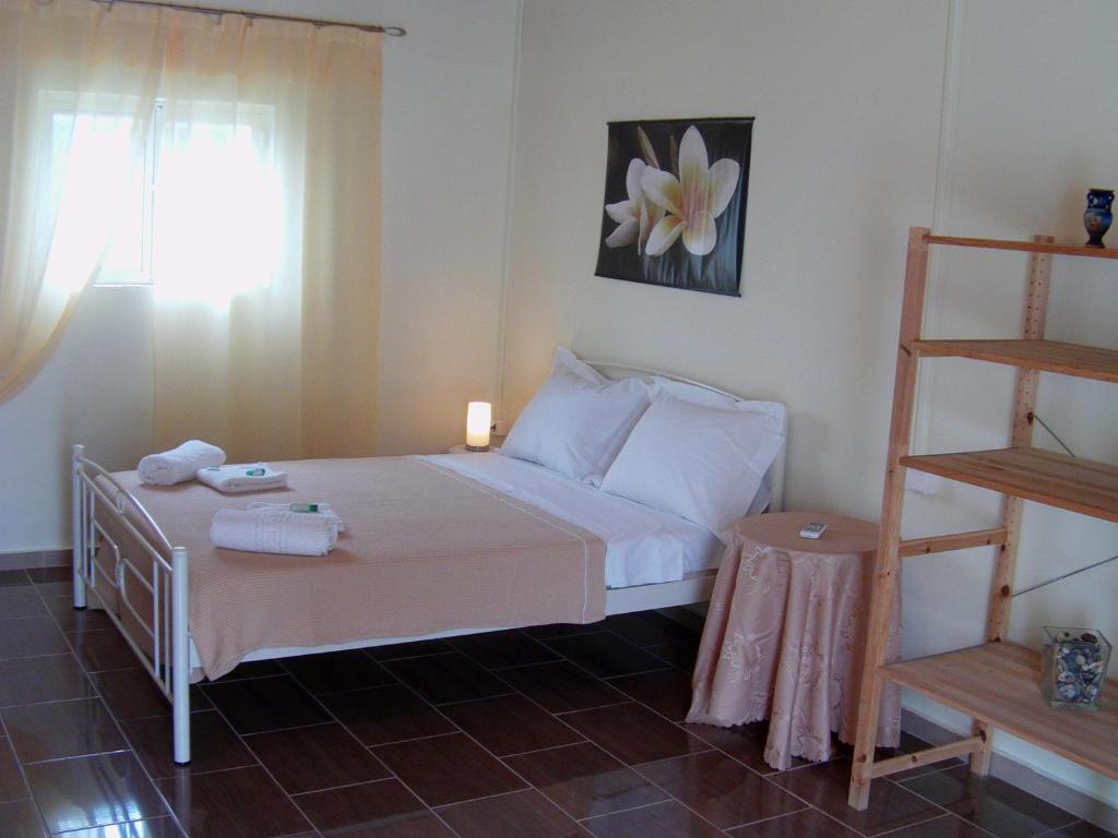 Een bed of bedden in een kamer bij Helen's Cottage