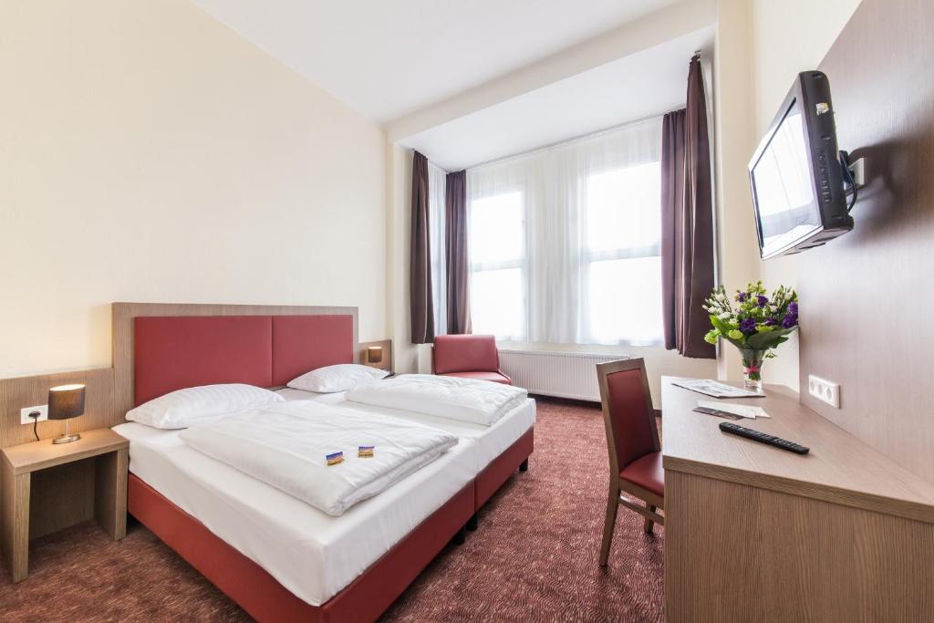 Un pat sau paturi într-o cameră la Novum Hotel Maxim Düsseldorf City