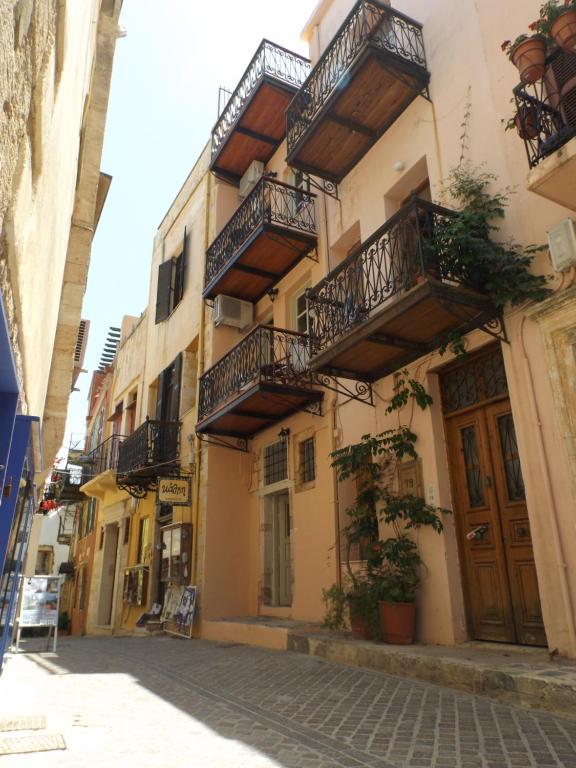 The facade or entrance of Fivos Pension