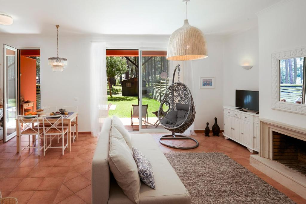 A seating area at Aroeira Golf and Beach Apartment