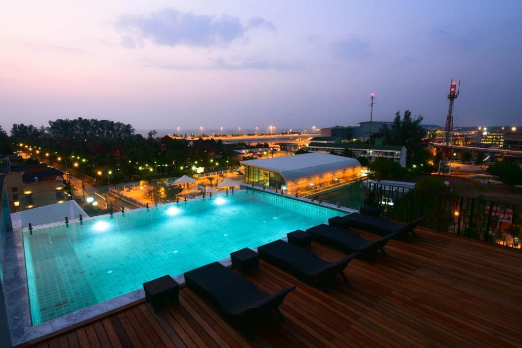 奈揚海灘16號酒店游泳池或附近泳池的景觀