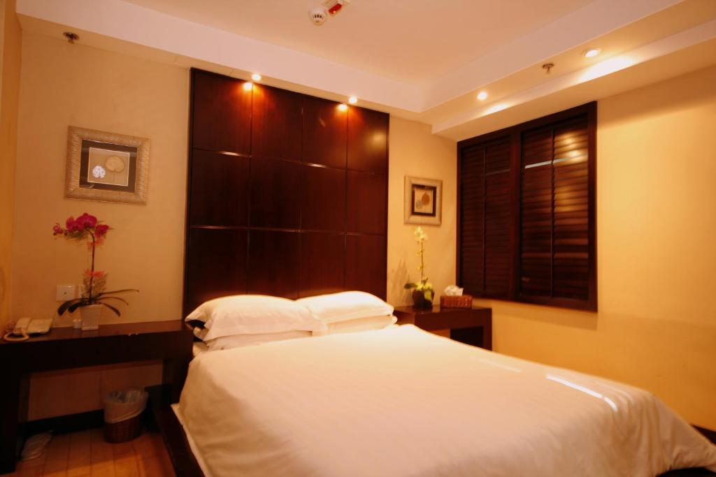 A bed or beds in a room at Mingle At The Eden