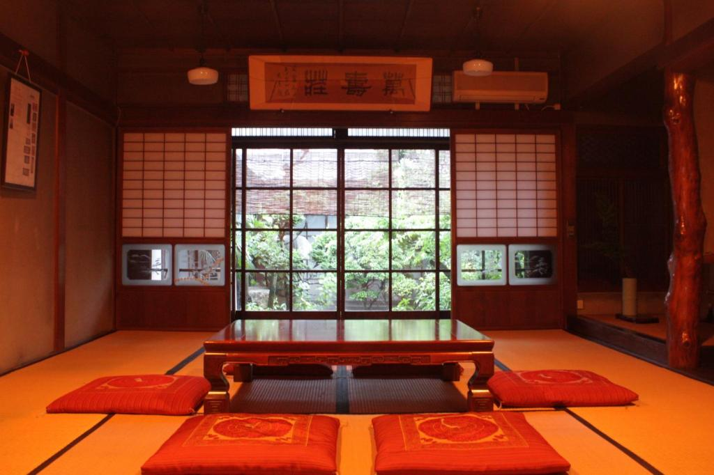 A seating area at Guesthouse Naramachi