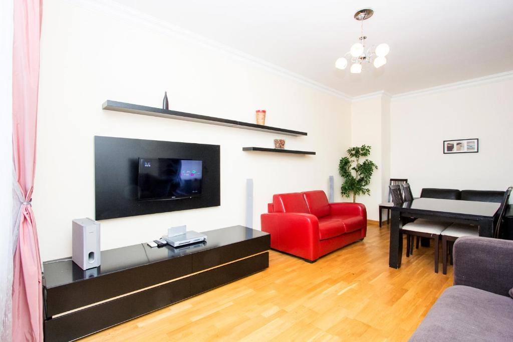 A television and/or entertainment centre at Apartlux on Ploshchad Pobedy