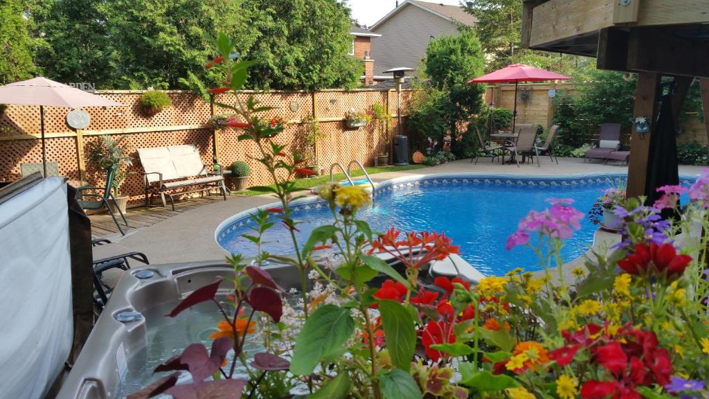 The swimming pool at or close to Creekside B&B