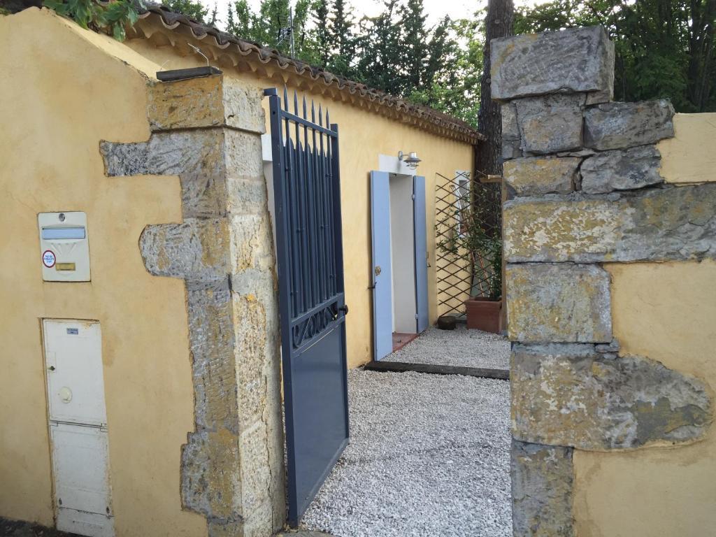 The facade or entrance of Charmant Studio Brignoles