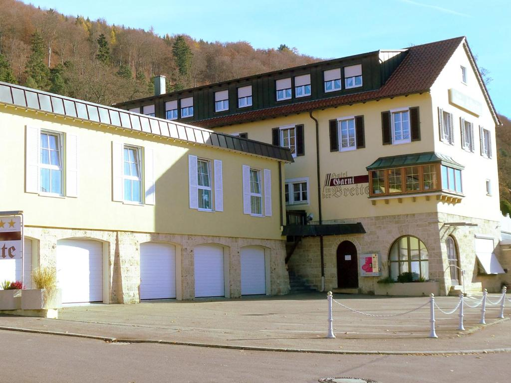 The facade or entrance of Hotel Garni in der Breite