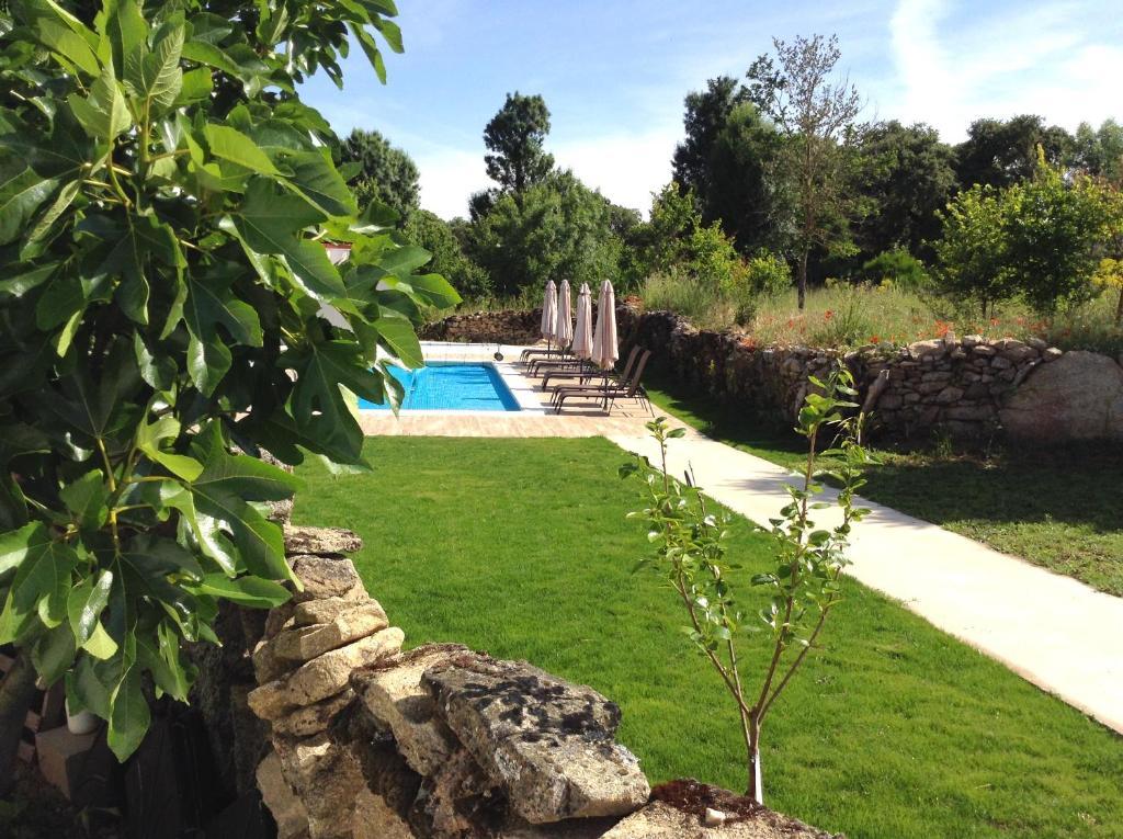 Um jardim no exterior de Casa dos Edras