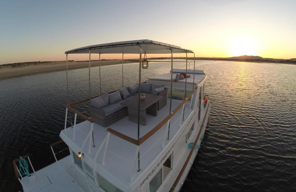 Matahari terbit atau terbenam yang terlihat dari perahu