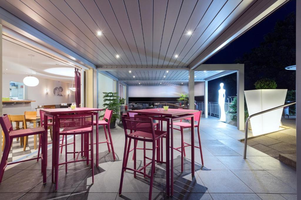 Ein Restaurant oder anderes Speiselokal in der Unterkunft Hôtel Bellevue