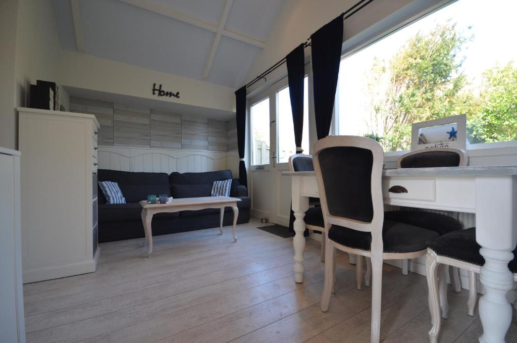 A seating area at Beach Cottage Zandvoort