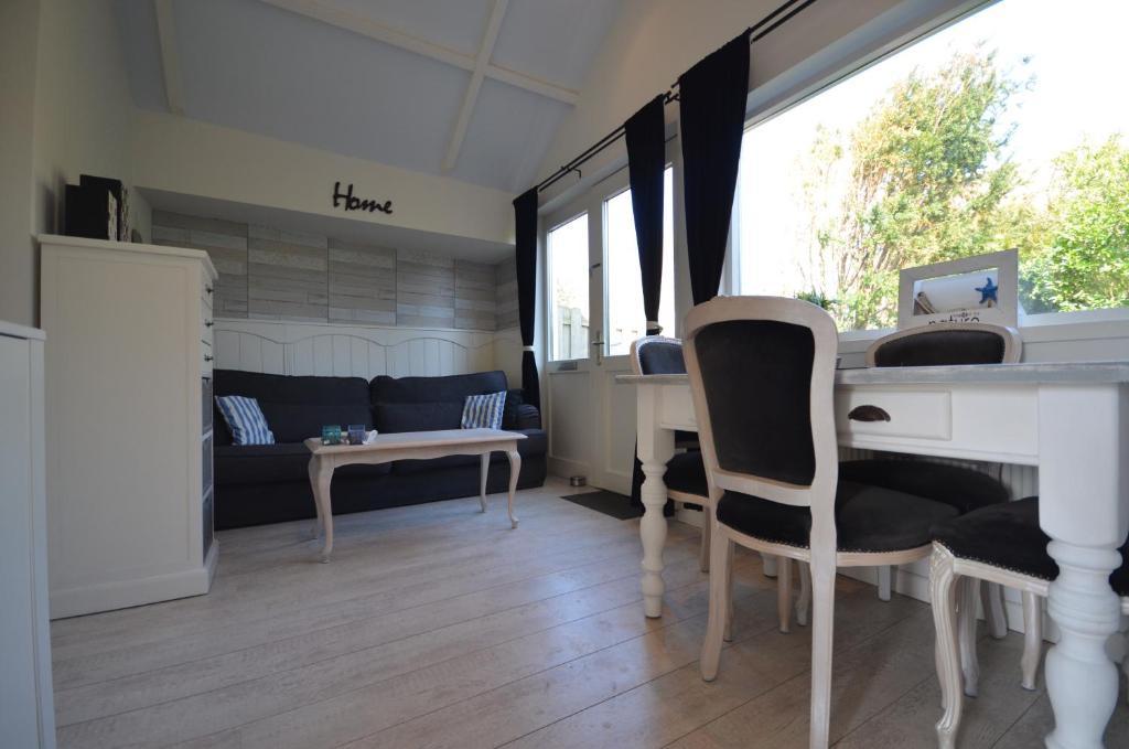 Coin salon dans l'établissement Beach Cottage Zandvoort