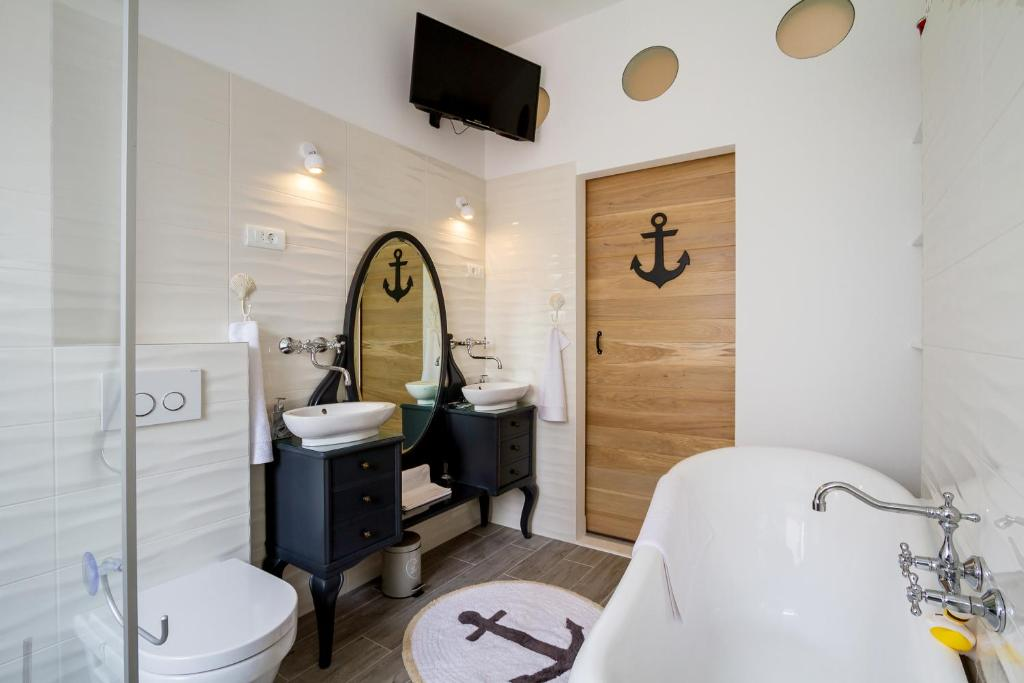 A bathroom at Old Town Rooms Deluxe Suite