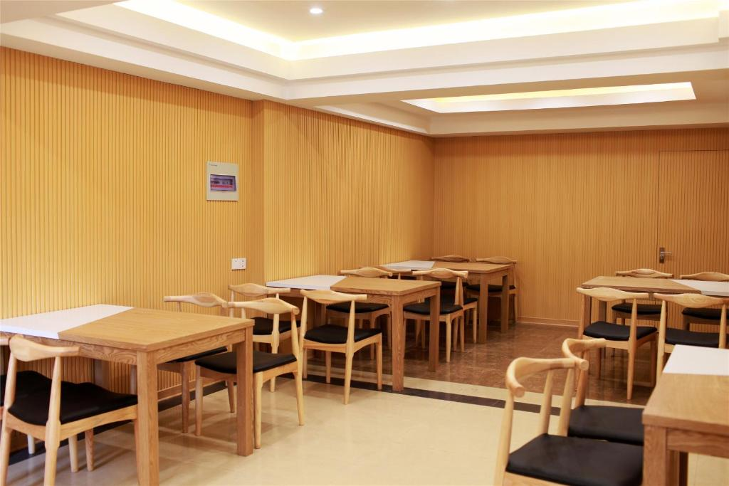 A restaurant or other place to eat at GreenTree Inn JiangSu Guanqian Street Leqiao Metro Station Shell Hotel