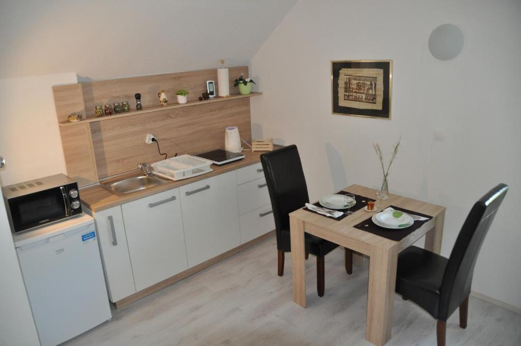 Кухня или мини-кухня в Simpli Apartments