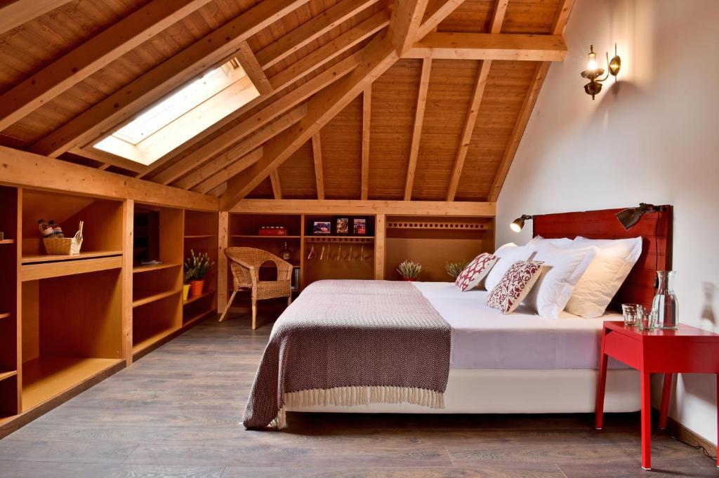 A bed or beds in a room at Mercearia D'Alegria Boutique B&B