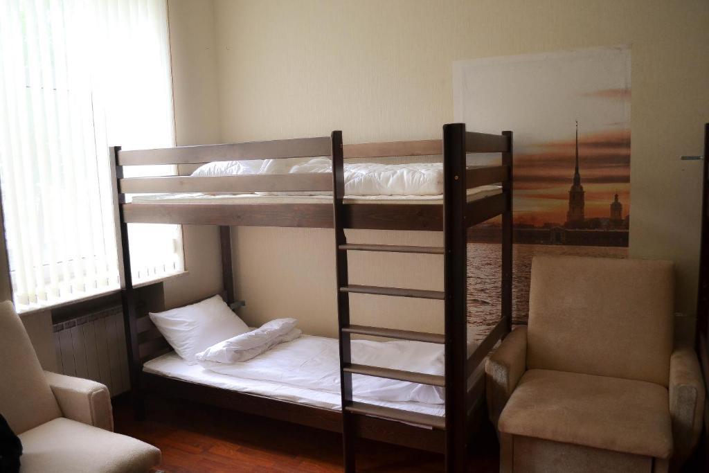Двухъярусная кровать или двухъярусные кровати в номере Хостел Удача
