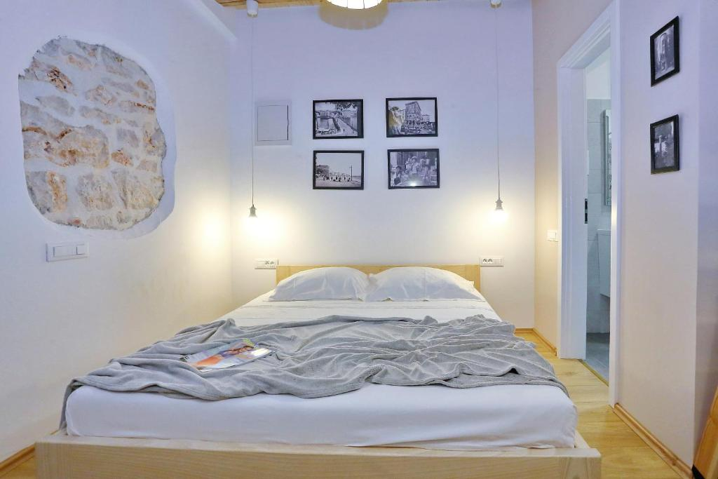 A bed or beds in a room at Guverna New City Accommodation