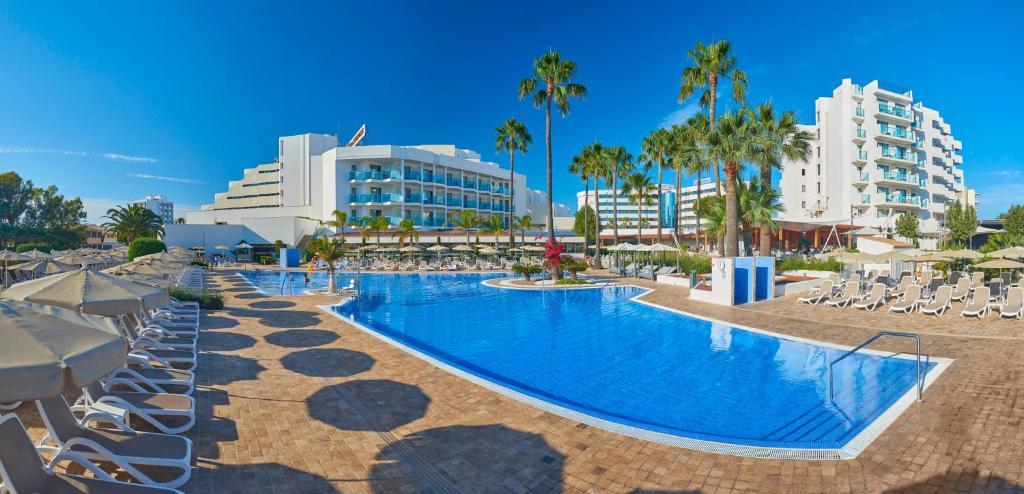 The swimming pool at or near Hipotels Cala Millor Park